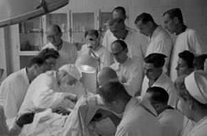 Corpo médico se reúne em volta de mesa de operação