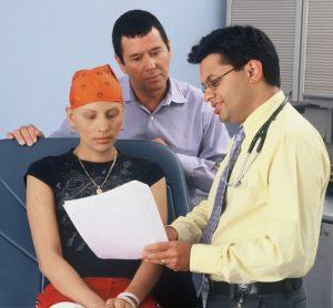 Advogado explica contrato a paciente e seu acompanhante